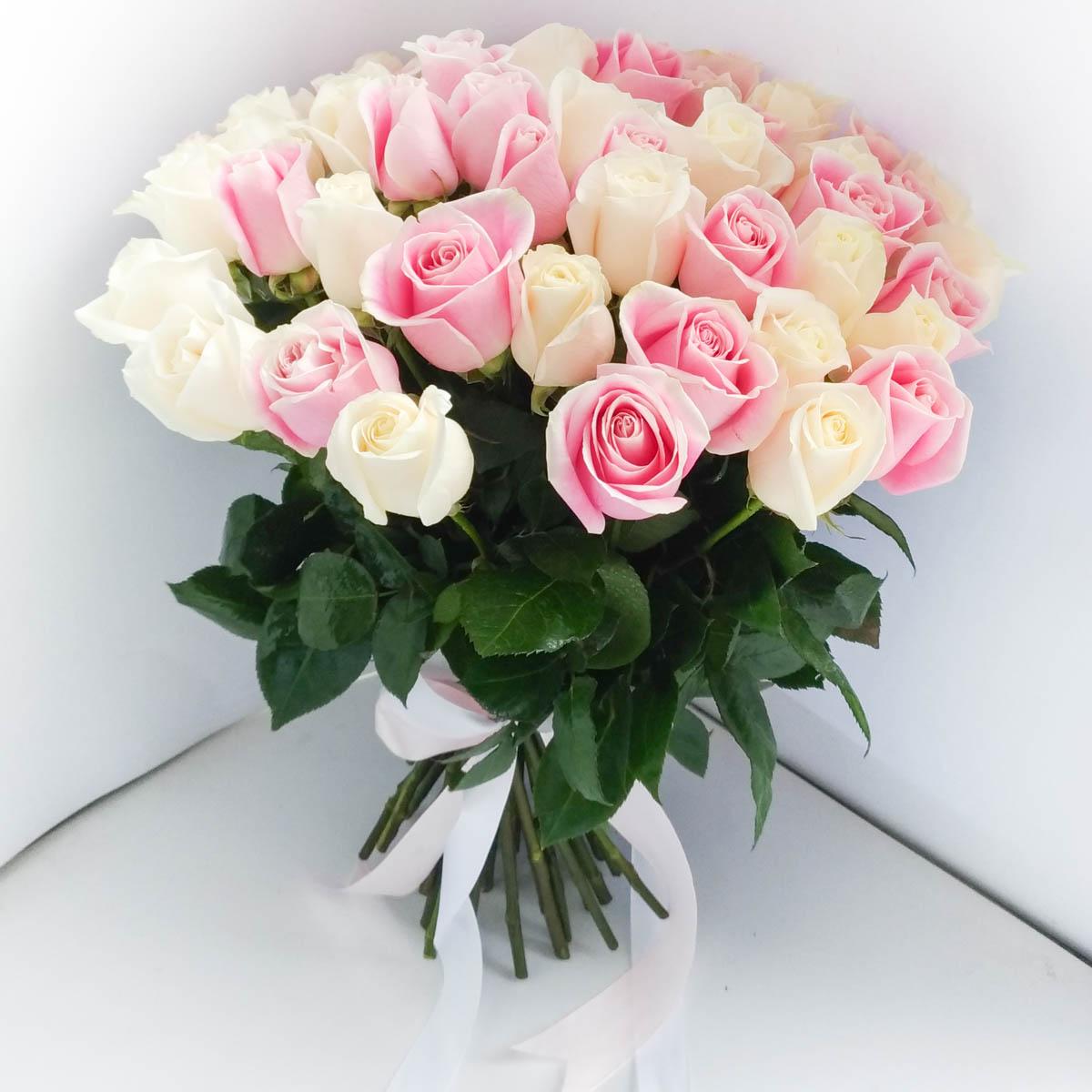 хорошо дополняет букет из белых и розовых роз картинки руках