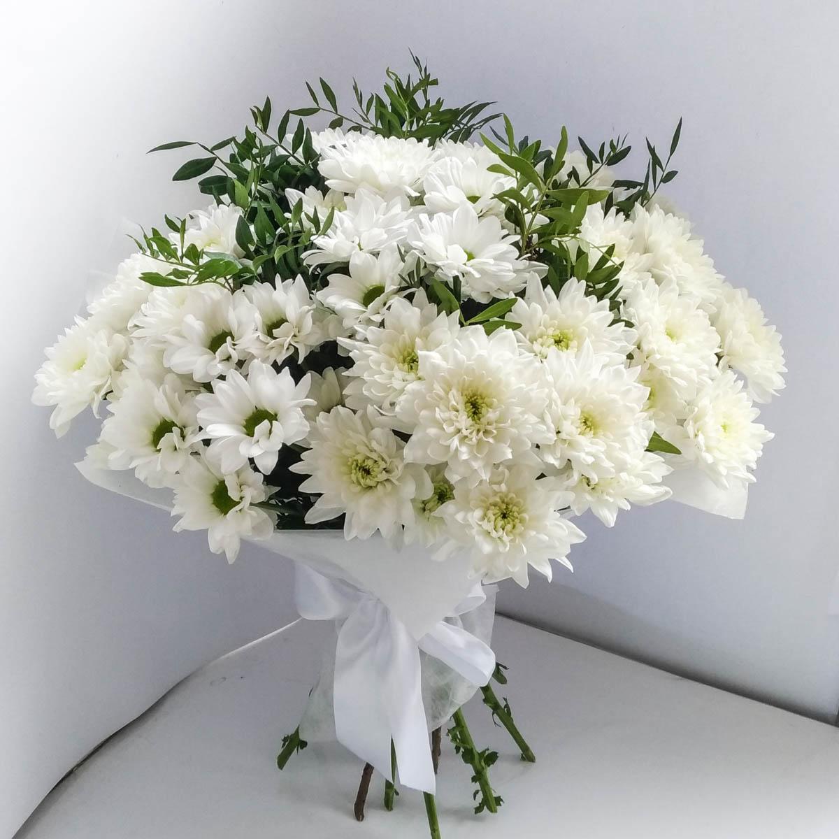 Открытка с белыми хризантемами с днем рождения женщине